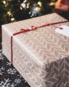 Cadeau emballé sous le sapin de Noël