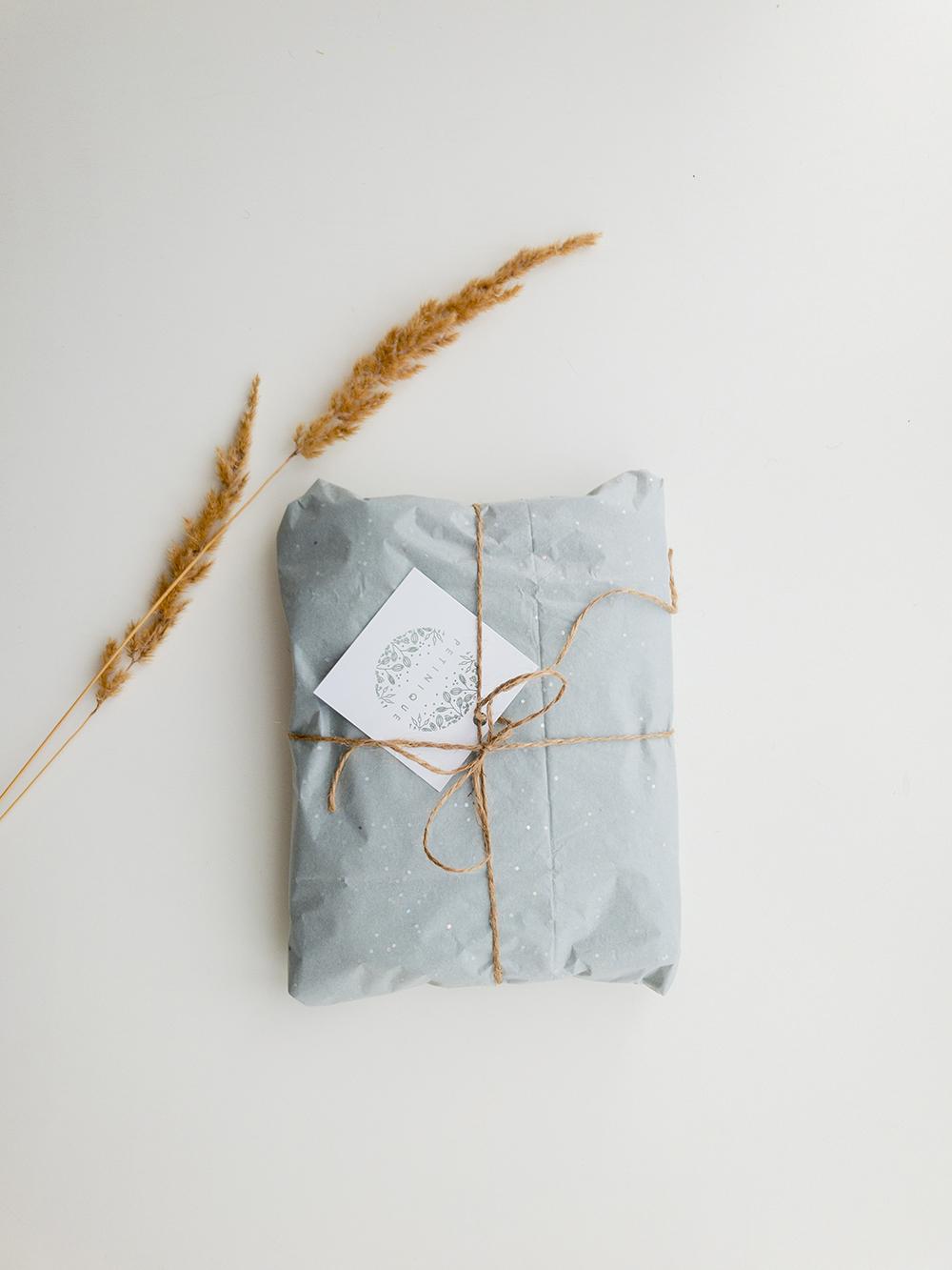 Cadeau enrobé avec du papier