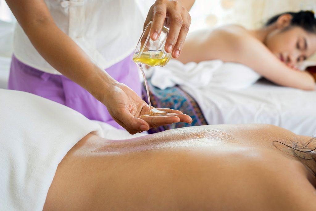 Deux femmes qui se font masser en institut