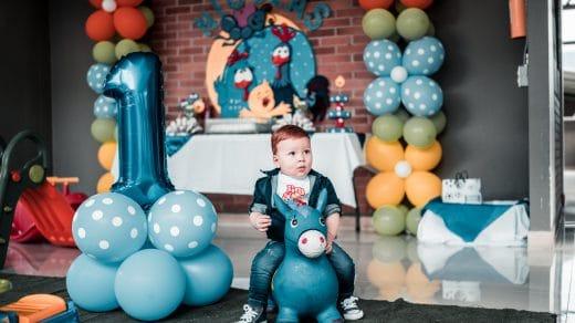 Petit garçon qui fête son anniversaire avec des cadeaux